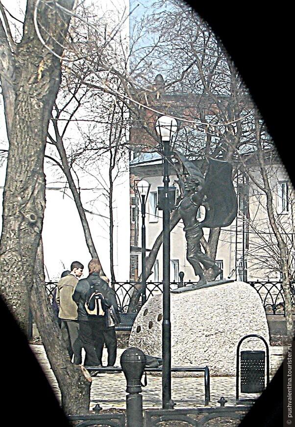 Простите за некачественное фото - из машины снимала. Но не могла обойти вниманием эту скульптуру местного Икара - Никитка-летун. Памятник работы скульптора Залазаева установлен в 2009 году и посвящён легендарному холопу Никитке Крякутному, который в 1656 году изготовил деревянные крылья и прыгнул с ними с 50-метровой колокольни, за что и был казнён.  ( Вот так в России пропадали не вовремя родившиеся таланты)