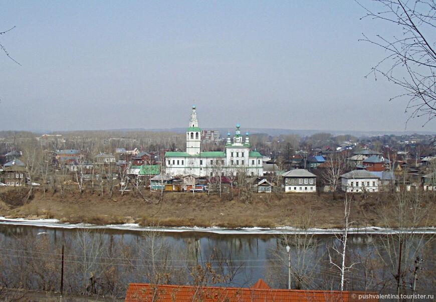 Преображенский собор. Строилась с 1768 по 1781 год  в основном на средства купца Ивана Хлебникова и на средства засылвенских жителей.