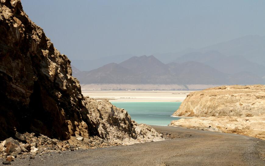 Примерно в 115 километрах к западу от столицы в пустыне Данакиль в Афарской низменности находится озеро Ассаль. Дорога асфальтовая и хорошего качества. Грунтовый участок (2-3 км) только в непосредственной близости от озера.