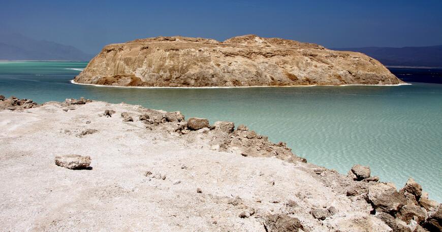 2. Если вы не йог, обязательно возьмите с собой резиновые тапочки (которые не соскакивают в воде). Все дно озера покрыто острыми соляными кристаллами, стоять босиком можно, а вот ходить — с трудом. Вода приятная и очень теплая (более 30°C).