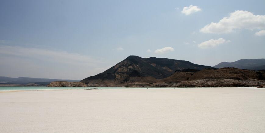 Его соленость составляет 34,8%, а на глубине 20 метров — 40%.