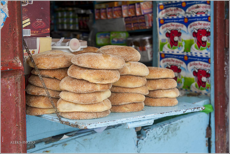 Странно видеть в мусульманском окружении еврейскую синагогу. Вот такие аппетитные лепешки. Хотя мне больше понравились совсем тонкие лепешки, в которые мы заворачивали банан - было вкусно., Город-крепость на реке Ум-Эр-Рбия (Марокко)