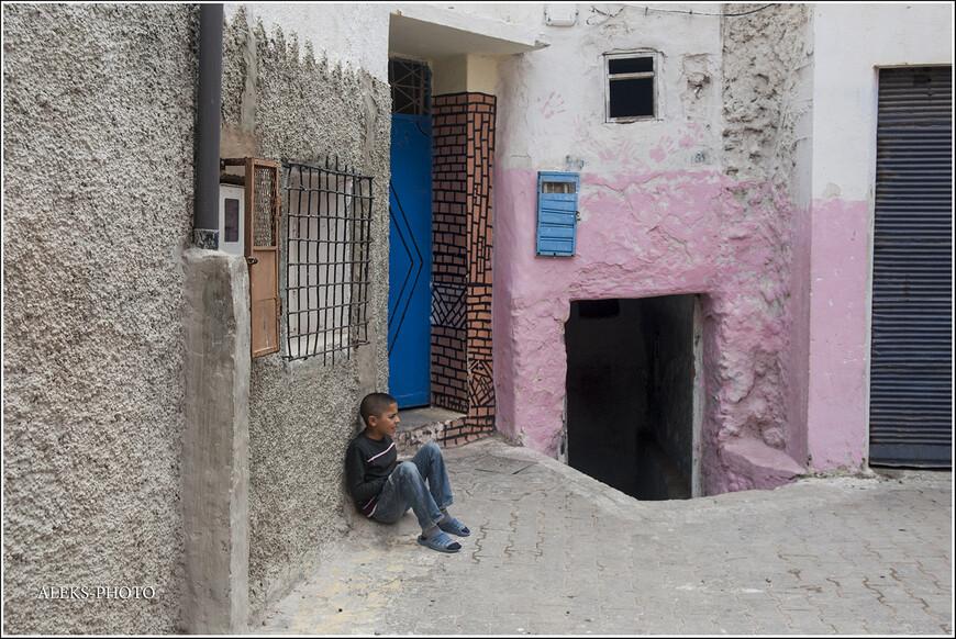 """В Марокко вы никогда не увидите скамеек, стоящих у выхода из домов. Ну, нет у них такой традиции - """"сидеть у подъезда"""", как это делается у нас. Они сидят - прямо на земле..."""