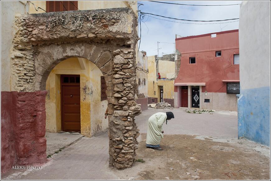По многим стенам городка видно его прошлое.
