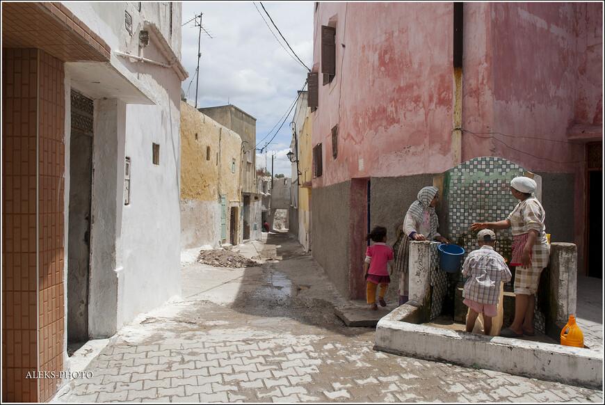 Колонки-фонтаны - традиционное место встречи марокканских женщин. Здесь они и стирают, и моют посуду, и успевают что-то обсудить...