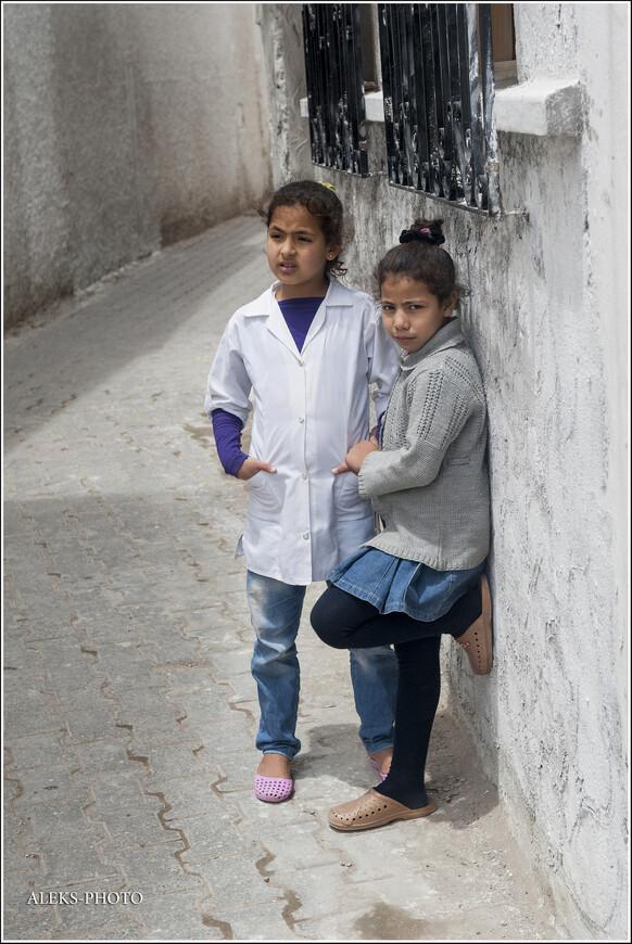 Видно, что современные дети уже не чтут традиции - джинсы на них можно увидеть повсеместно...