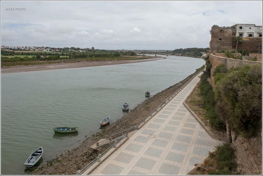 Мы увидели совсем мало рек в Марокко. К примеру, в Южной Корее их было в разы больше. А в этом городке нашему взору открылась широкая река, на которую открывался вид из медины, расположенной на обрыве и обнесенной крепостной стеной с четырьмя воротами.