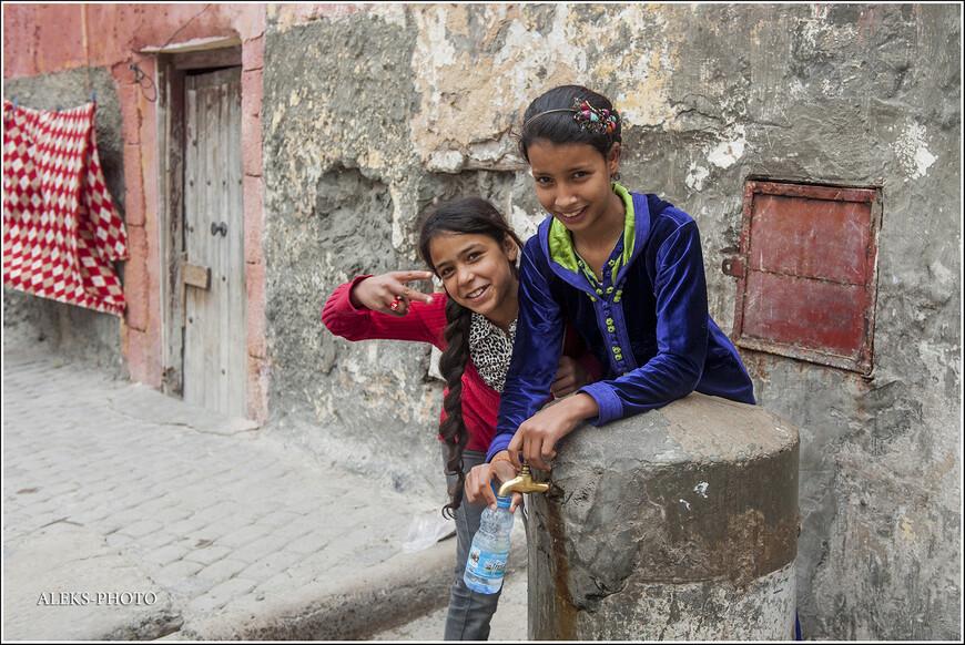 Меня порадовало, что хотя бы марокканские дети не закрывают лицо руками. Вот эти девчушки - оказались просто чудесными. Почти как в Юго-Восточной Азии. На время забываешь, что ты в исламском государстве, где не принято позировать перед камерой...