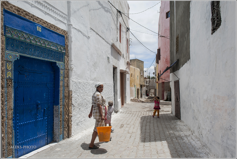 Но, приглядевшись повнимательнее, улавливаешь какие-то мелкие черты, присущие каждому городу в отдельности., Город-крепость на реке Ум-Эр-Рбия (Марокко)
