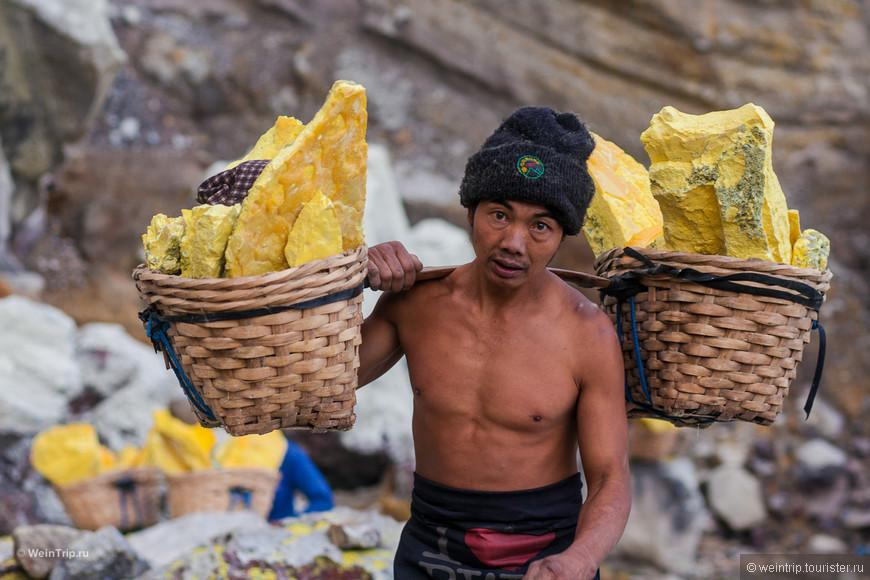 Носильщик серы на вулкане Иджен
