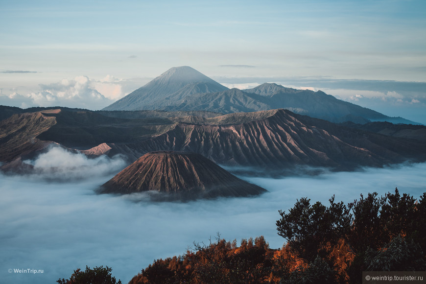 Вид на Вулкан Бромо (тот что внизу в тумане)