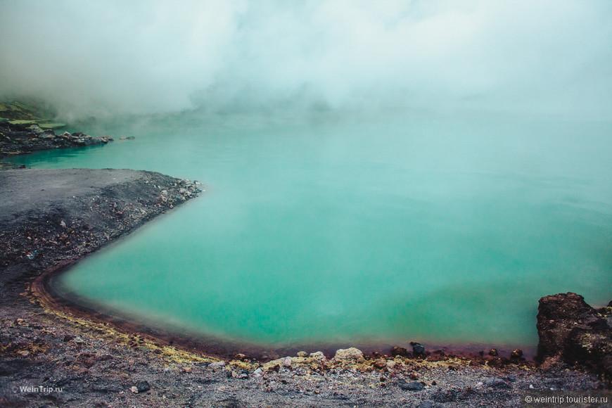 Сероводородное озеро в краторе вулкана Иджен