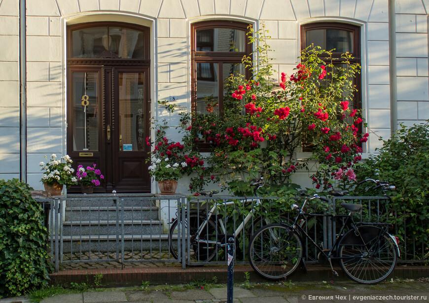 Так и сохранилось до наших дней. Фиртель — один большой сад, утопающий летом в цветах.
