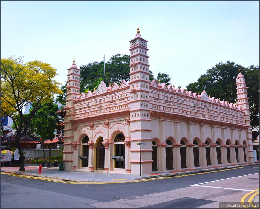 Мечеть Nagore Durgha, построенная в 1830 году  мусульманами из Южной Индии.  Интересно, что в китайском квартале периодически встречаются  индуистские храмы, настолько  там все переплелось.
