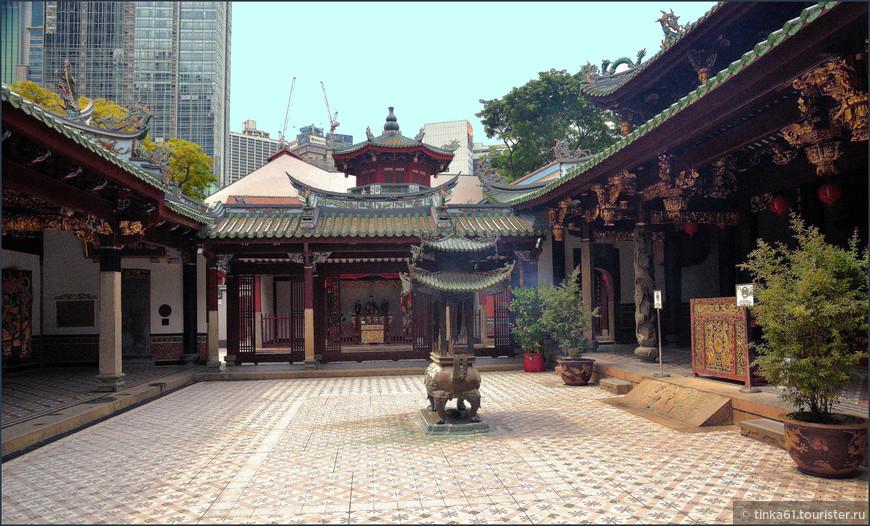 Даосский храм Thian Hock Keng, очень большой, богатый и старинный.