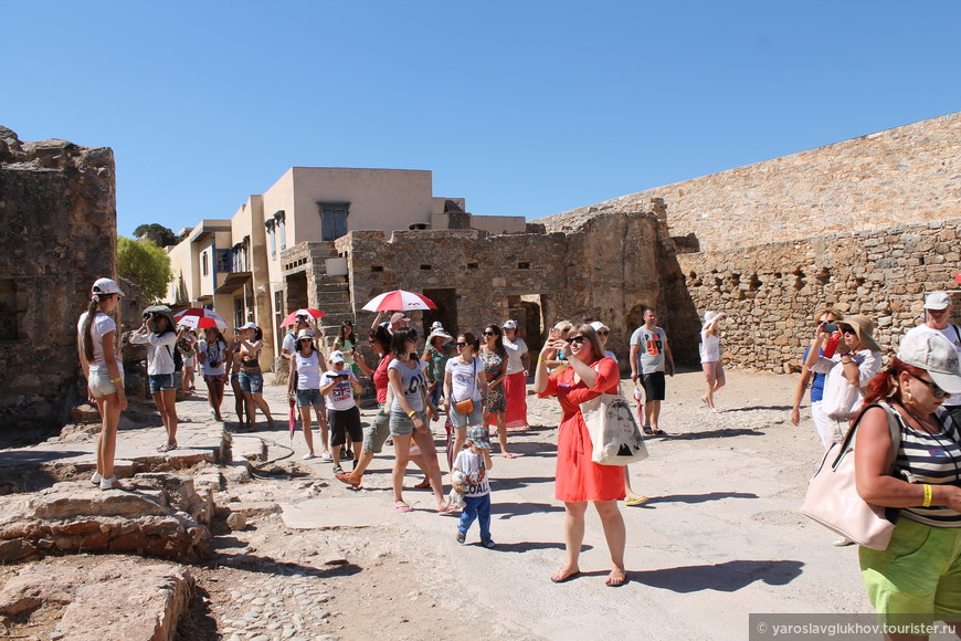 Толпы туристов.