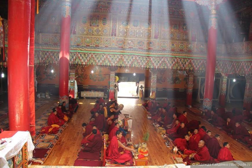Тибетская область Кхам. Монастырь Чанцинчунь Каэр.  Волшебство второе! Войдя в монастырь мы попали на большую службу!