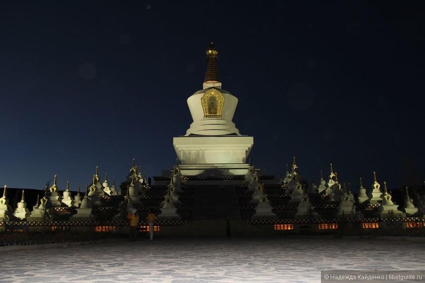 """Тибетская область Кхам. Даочен, комплекс Ступ.  Здесь вечером было всего несколько человек, но воздух просто кипел """"духами"""".. Кстати, я коллекционирую интересные фото с """"духами"""", """"шарами"""", у кого есть интересные наблюдения, пишите в личку, давайте обменяемся находками!"""