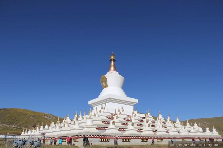 Тибетская область Кхам. Даочен. Комплекс Ступ утром.