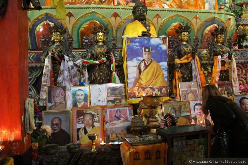 Тибетская область Кхам. Монастырь Банпусы, школа Кагью.  Обратите внимание, в Тибетской области Кхам нет никаких ограничений на поклонение Далай Ламе 14-му... В Тибетском Автономном районе его изображения запрещены законом и пользование ими - уголовное преступление! А в Кхам - пожалуйста! Далай Лама 14-й почитается в каждом монастыре.