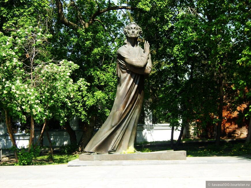 Единственный в мире памятник А.С.Пушкину, где от изображен в ночной сорочке. Почему? Не знаю.
