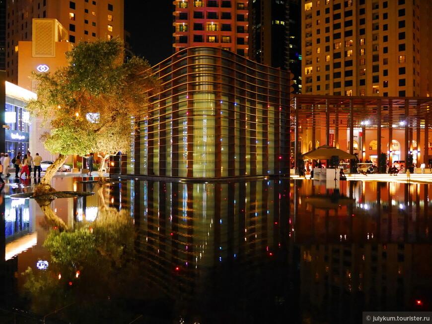 Снова фонтан и здание-стекляшка, похожее на нос корабля.