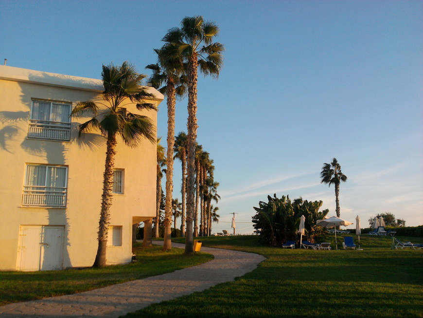 Отель Сантиана в Пафосе. Дорожка к пляжу.