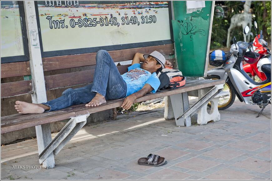 Идем дальше. Если ты устал - в Таиланде всегда можно вот так запросто полежать на скамейке. Как представишь себе тайский полуденный воздух - так и хочется так же растянуться где-нибудь. Да негде - всюду холодно и снег... Подождем лета...