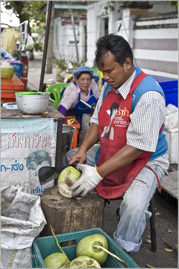 Вас замучила жажда - не проблема. Сейчас тесаком обработают кокос и вы - обладатель вполне даже приятного питья. Таиланд, я люблю тебя за твою незамысловатую жизнь! До встречи в следующей части наших прогулок по Паттайе.