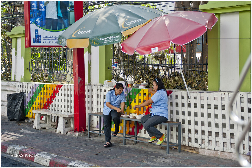 Идти нам пришлось по набережной. Всюду можно было видеть жителей Паттайи, занятых привычными делами. Вот эти милые тетушки решили запросто перекусить прямо на скамейке - на свежем воздухе...