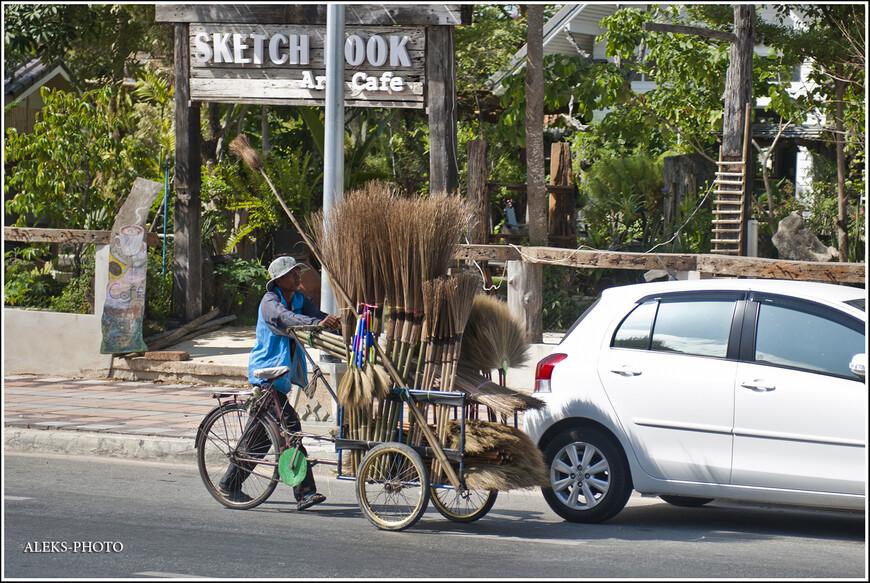 Не желаете прикупить метлу? Любопытный способ перевозить товар. Тайцы, в этом смысле, большие выдумщики, ведь уличная торговля - это очень по-тайски...