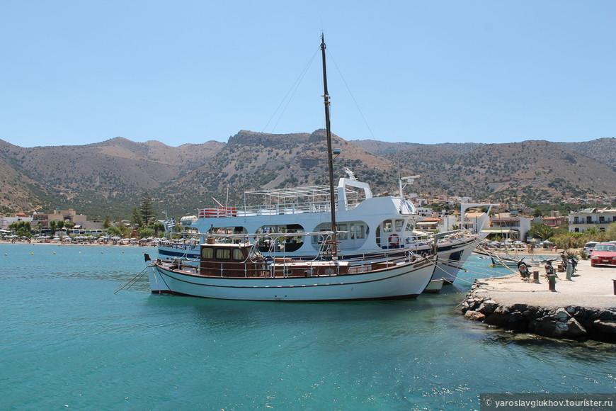 Одна из многочисленных яхт в порту Элунды.