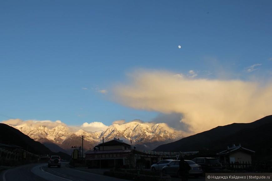 Поездка с целью совершения коры вокруг Священной горы Ченрезиг на полнолуние... вот и Луна наливается..