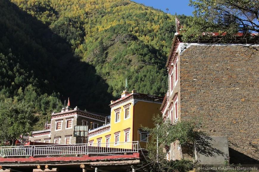 архитектура в Тибетской области Кхам отличается от Амдо, здесь больше красок,  белые двухэтажные блок-хаузы в Амдо, а здесь в Кхам это трех-четырех этажные каменные, желтые и красные здания, выглядят очень уютно и гармонично вписываются в богатую растительностью местность