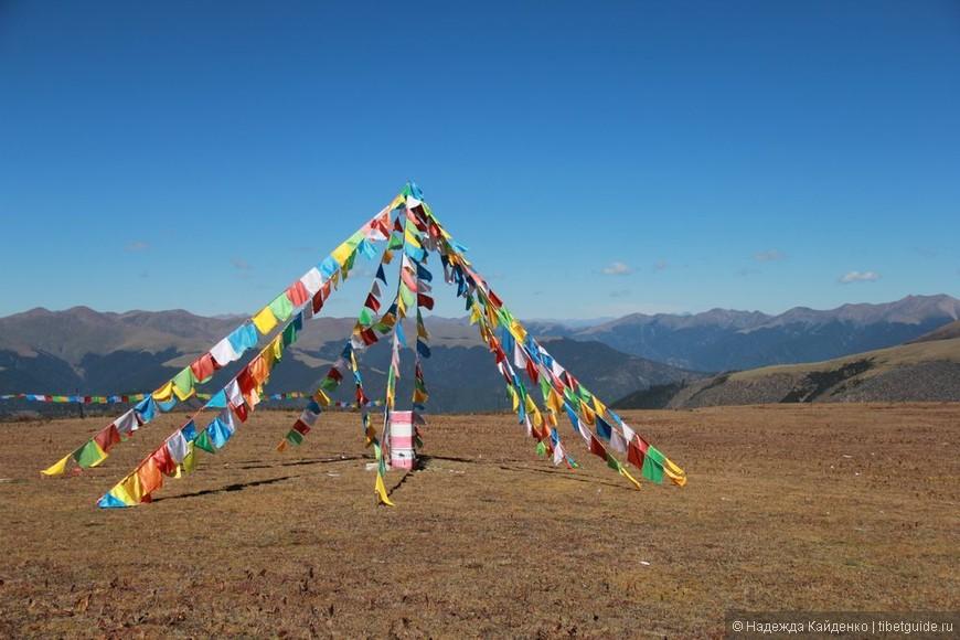 совершенно безлюдные перевалы, от пункта А в пункт Б по 300 км по горным дорогам, но все перевалы украшены молитвенными флагами..   смотришь вдаль и восхищаешься, .. здесь многие выходили чтобы уединиться и созерцать