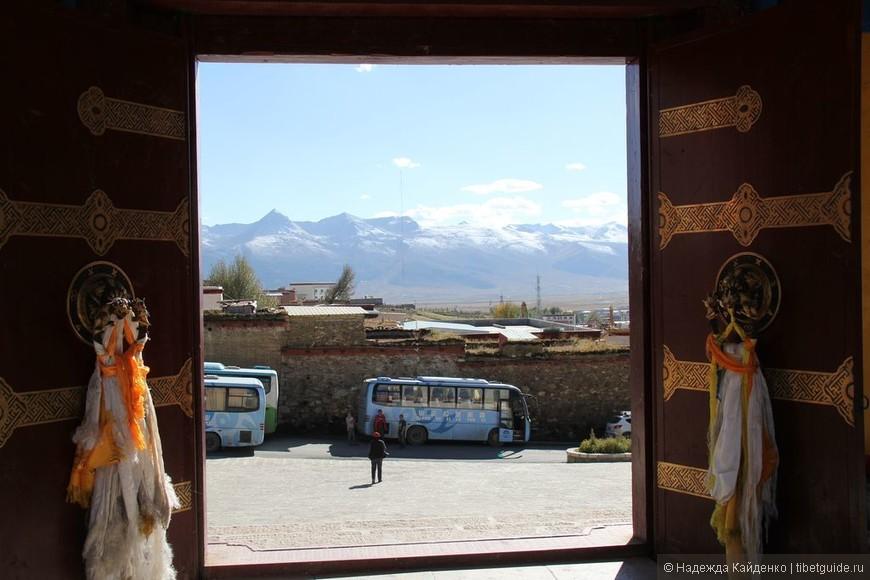 вид на Литанг из монастыря Чанцинчунь Каэр наши автобусы