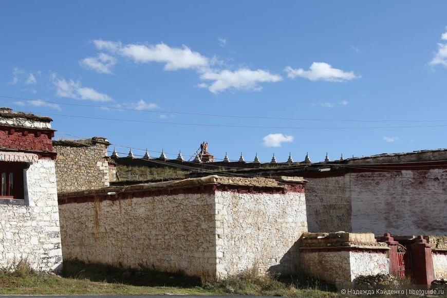 """здесь нет """"вылизанности"""", как новых отреставрированных монастырях в ТАР, все """"по-домашнему"""" старенькое, в лучах тибетского солнца и самого синего неба, так мило.."""