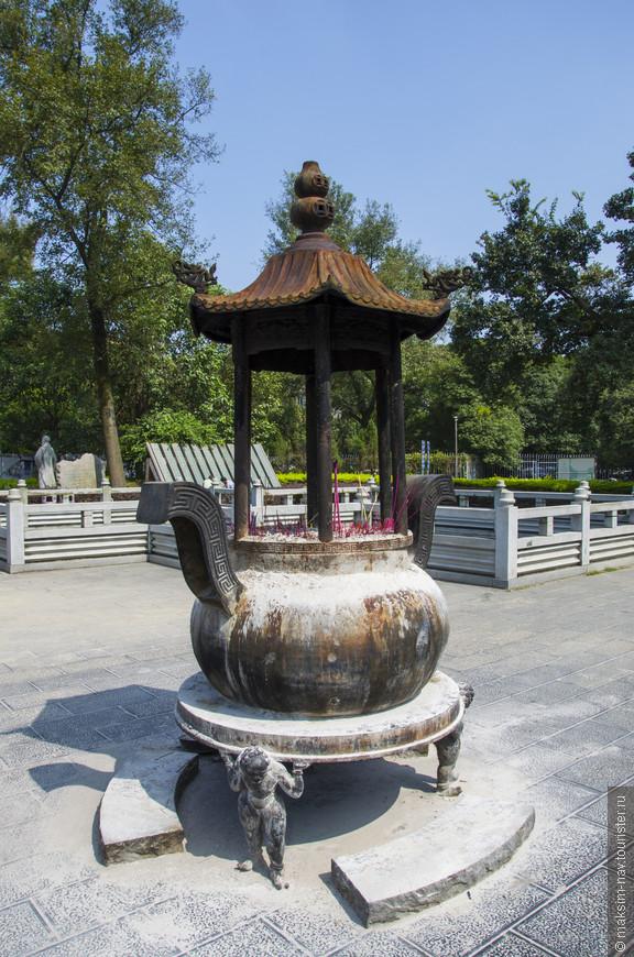 Ни один китайский парк не обходится без буддийских религиозных элементов.