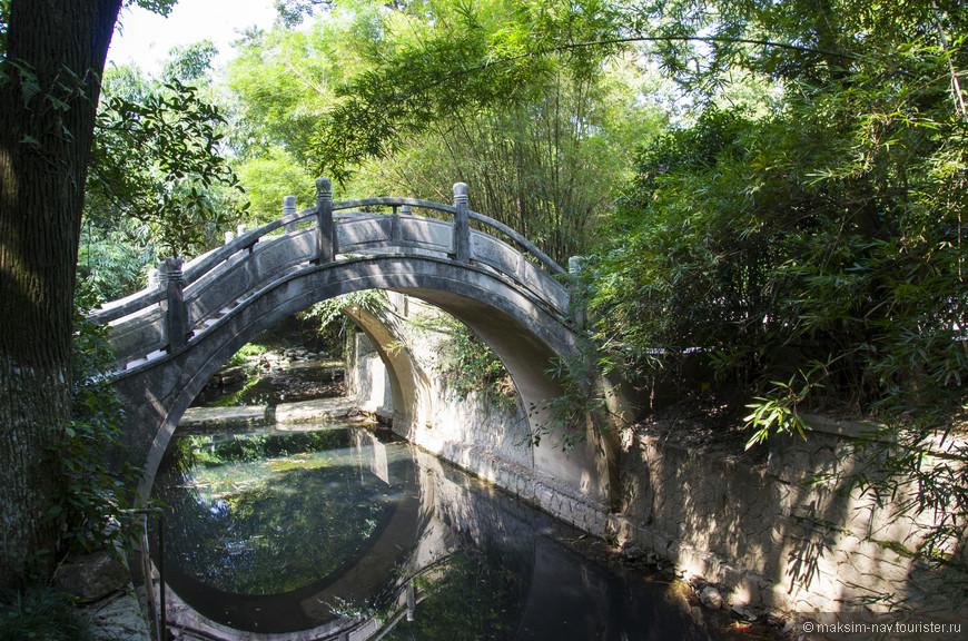 Помимо прочего, парк знаменит этими дугообразными мостами, которые не встречались нам ни в одном другом парке Гуйлиня.
