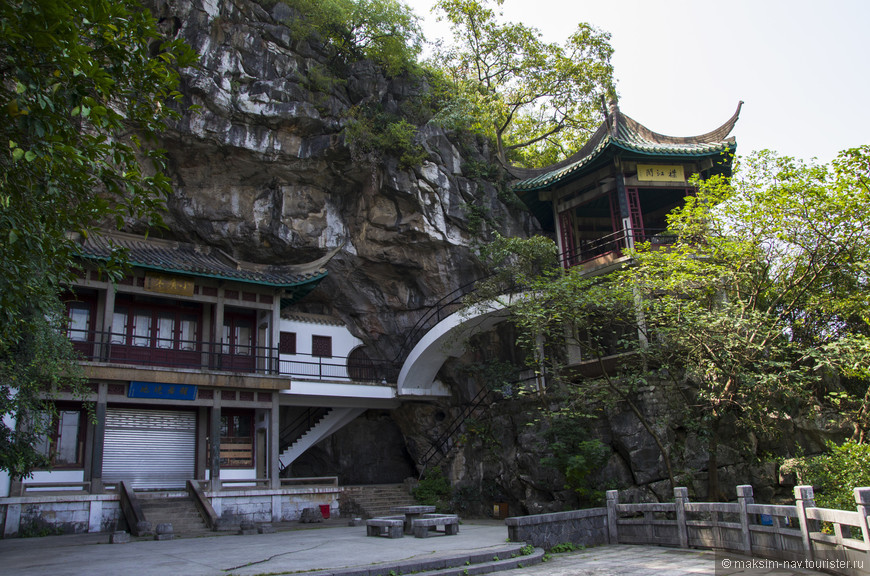 Небольшой живописный храм по пути на вершину, к сожалению, был закрыт.