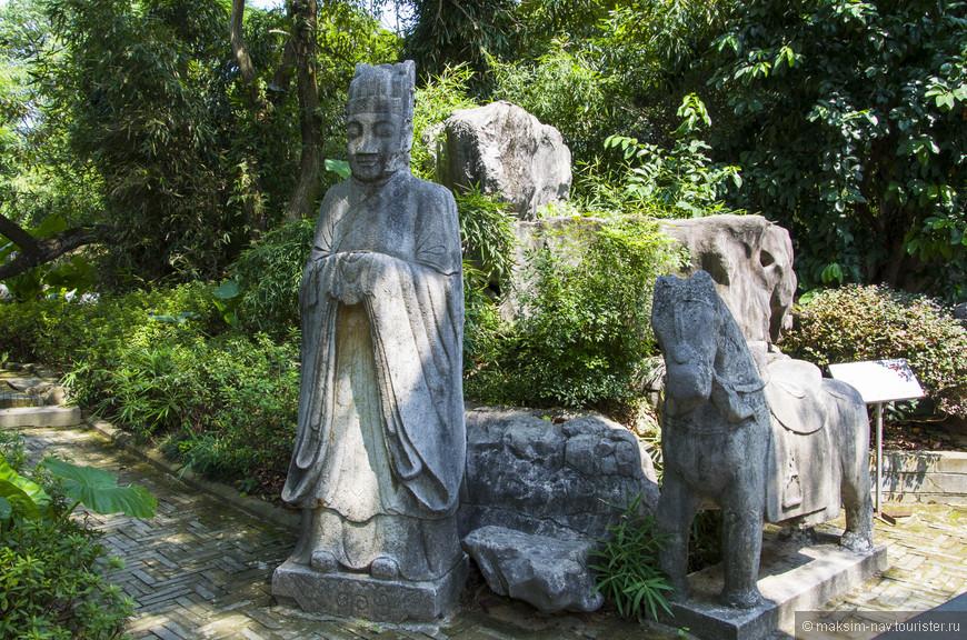 Здесь расположено большое количество скульптур, по всей видимости, древних.