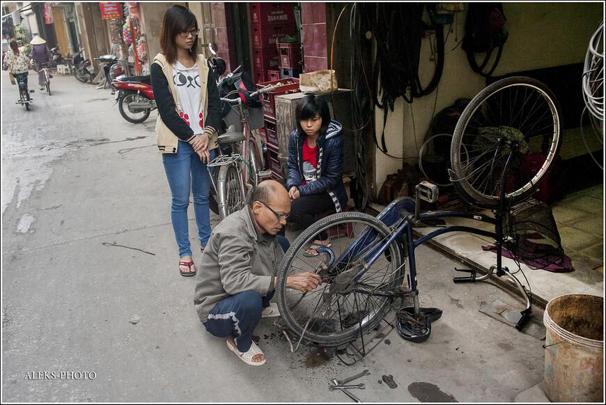 Если у вас проблемы с велосипедом — его всегда починят в мастерской здесь же на этой улочке. Велосипеды в Ханое — очень популярный транспорт. Еще бы — у них ведь нет зимы.