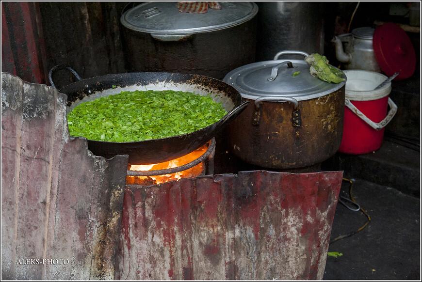 А тут, похоже, варится что-то вкусненькое. Надо сказать, что в отличие от индийской и марокканской кухни, пища вьетнамцев пришлась мне очень даже по душе. Один суп фо, которым они заправляются по утрам, чего стоит. На весь день сытым будешь.