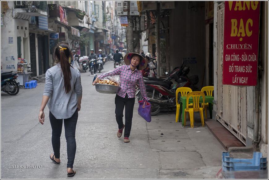 """По улочке мы шли довольно долго. И попали-то мы на нее лишь потому, что приехали смотреть на реку Хонг Ха. Потом хотели перейти через большой мост. Но на нем случилась авария и движение перекрыли. Мы не стали туда соваться и решили исследовать """"ремесленную улицу"""", которую узрели еще, когда ехали сюда на такси."""