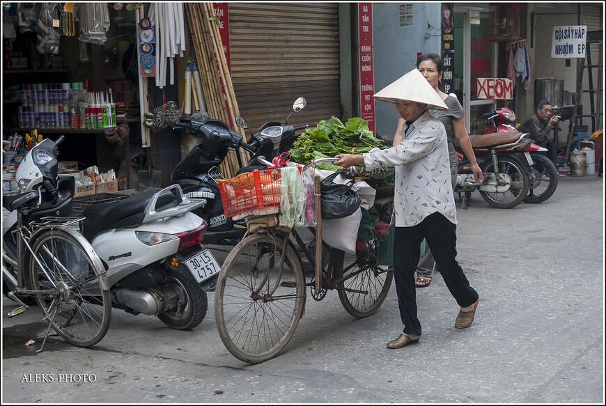 Вот интересно, с какой целью они носят конусообразные шляпы? Понятное дело, когда жара на дворе — укрыться от солнца. Но вьетнамцы носят их всегда и везде. Они, кстати, защищают еще и от дождя. Мы парочку таких шляп привезли с собой. Теперь мы тоже — немного ханойцы.