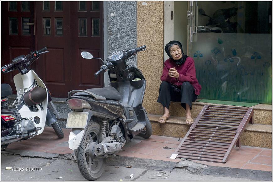Бабули в Ханое просто милейшие (особенно, когда спят). Такие миниатюрные. Вьетнамцы итак народ низкорослый и худощавый, а к старости, похоже, они становятся еще меньше. Кстати, продолжительность жизни во Вьетнаме равняется примерно 69-70 лет у мужчин и 74-75 - у женщин. Как-то маловато будет.