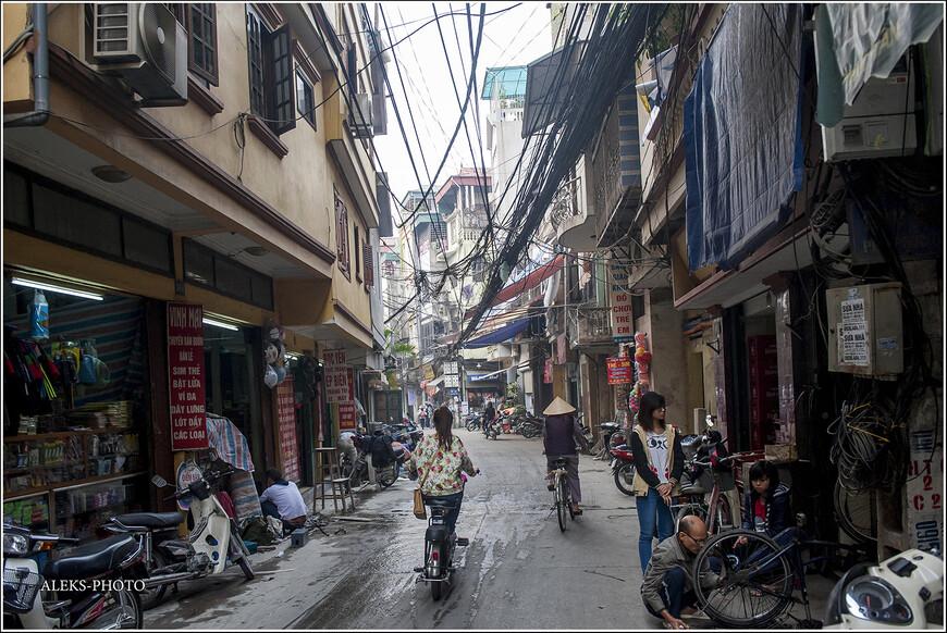 Висящие в воздухе гроздья проводов напомнили мне улочки в центре Дели. Такие же пучки проводов, которые свисают прямо с неба. Как объяснили мне еще в Индии — все коммуникации в старых районах городов проложены намного позже строительства домов. Поэтому нет способа проще, чем кинуть все провода поверх домов. Хотя выглядит это для нашего взора непривычно.