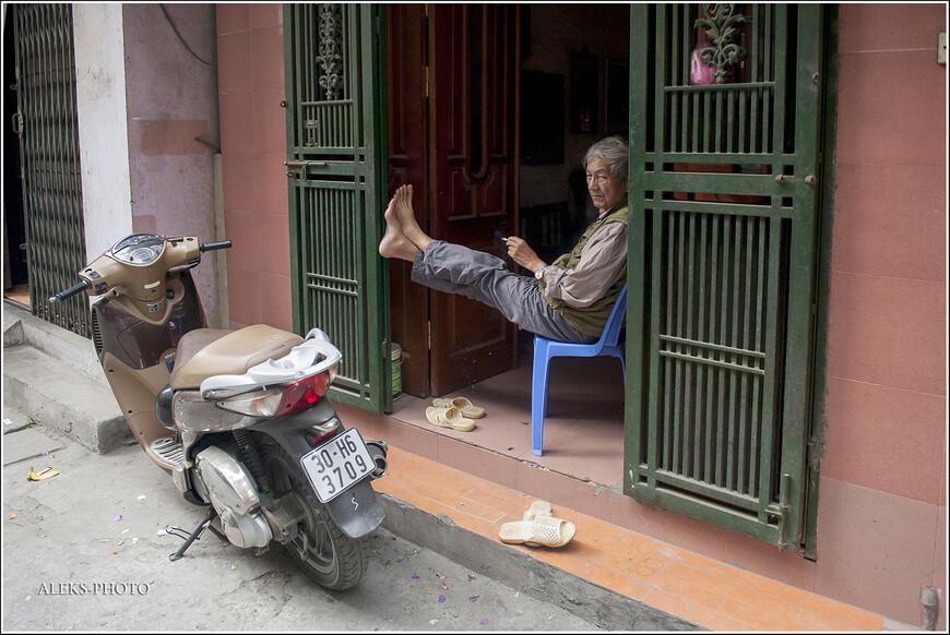 Небольшой расслабон посреди дня. Хорошо, когда спешить некуда. А, может быть, у человека обеденный перерыв. Но все равно сидит он красиво.