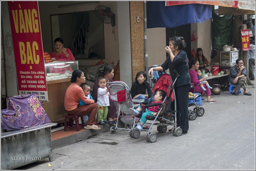 Всегда интересно наблюдать за мамашами. Вот эта кампания очень похожа на те, что мы видели в городах Марокко. Там тоже мамаши с детьми любят собраться вместе и обсудить последние новости. Есть различия в одежде и нравах, но в целом — все люди одинаковые.