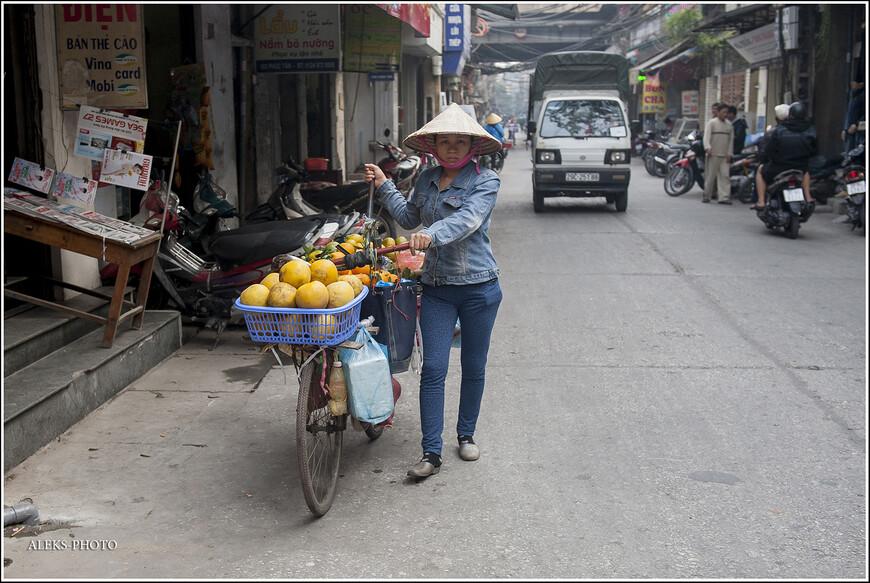 Куда-то перемещающиеся фрукты. Их во Вьетнаме много, особенно на юге страны, в дельте Меконга, куда мы поедем в конце путешествия. судя по всему, южане хорошо снабжают север страны витаминами.